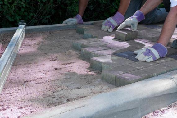 Pokladka zamkove dlazby na beton