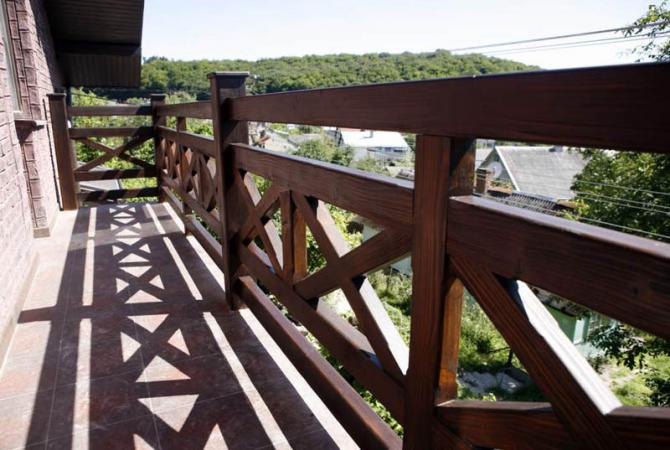 Перила на балкон (35 фото): деревянные ограждения на лоджию .